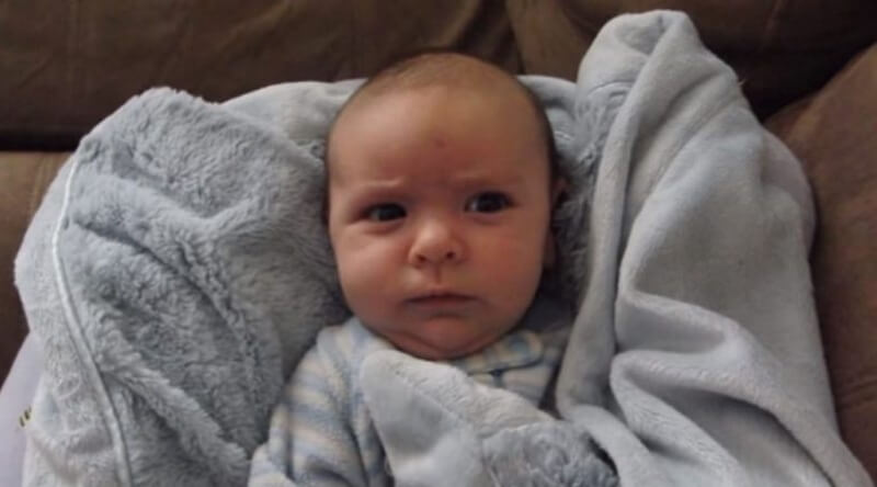 Папа говорит сыну — «Доброе утро». Реакция малыша бесподобна